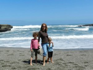 kelly-harrell-and-daughters-on-beach-in-punakaiki-new-zealand